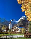 Oesterreich, Salzburger Land, Lofer im Herbst mit Pfarrkirche und den Loferer Steinbergen | Austria, Salzburger Land, Lofer in autumn with parish church and Loferer Steinberge Mountains