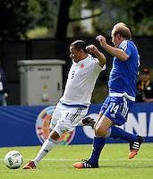 BOGOTA - COLOMBIA - 03-10-2016: Ivan Valenciano (Izq.), jugador del equipo de las leyendas de la Federacion Colombiana de Futbol (FCF), disputa el balón con Brigger (Der.) jugador del equipo de las leyendas de la Federacion Intarnacional de Futbol Asociado (FIFA), durante partido jugado en las canchas de Sede Deportiva de las Selecciones Colombia, Colfútbol,  entre las leyendas de la Federacion Intarnacional de Futbol Asociado (FIFA) y la Federacion Colombiana de Futbol (FCF), en la nueva sede de la FCF, en Bogota. / Ivan Valenciano (L) player of the team of the legends of the Colombian Football Federation (FCF), vies for the ball with con Brigger (R) player of the team of the legends of the Intarnacional Federation of Football Association (FIFA), during the match playing in the fields of Headquarters of the Teams Colombia, Colfutbol, between the legends of the Federation Intarnacional de Football Association (FIFA) and the Colombian Football Federation (FCF) in the new headquarters of the FCF, in Bogota. / Photo: VizzorImage / Luis Ramirez / Staff.