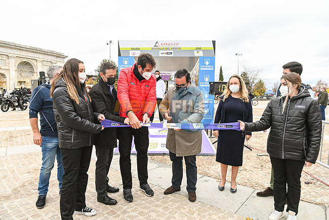 Cutting the ribbon before the start of Stage 2 of the CERATIZIT Challenge by La Vuelta 2020, an individual time trial running 9.3km around Boadilla del Monte, Spain. 6th November 2020.<br /> Picture: Antonio Baixauli López/BaixauliStudio | Cyclefile<br /> <br /> All photos usage must carry mandatory copyright credit (© Cyclefile | Antonio Baixauli López/BaixauliStudio)