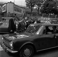 18 Mai 1969. Vue d'un groupe de personnes, supporter du Stade Toulousain, à proximité du stade de Gerland.