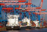 Container Terminal Altenwerder mit Feeder Schiffen: EUROPA, DEUTSCHLAND, HAMBURG, (EUROPE, GERMANY), 23.12.2013: Container Terminal Altenwerder mit FeederSchiffen, Verteilung der Container in Norddeutschland, Skandinavien und das Baltikum