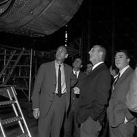20 Mai 1969. Vue de Valéry Giscard d'Estaing et d'André Turcat en visite dans un hangar de l'aérospatiale.