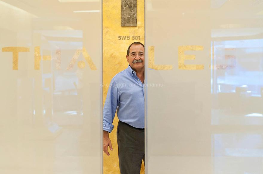 Cesare Arui, cagliaritano cresciuto a Sant'Avendrace, lavora nel campo delle telecomunicazioni. A Dubai ha lavorato alla piattaforma informatica della metropolitana, per conto della Thales Italia, costola di una multinazionale francese. Qui è ritratto all'interno della sede di Dubai della Thales.