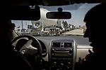 Irak, Juli 2014 - Am Checkpoint von Mossul richtung Erbil gibt es kilometerlange Staus. Tausende Menschen versuchen vor den ISIS Kaempfern zu fliehen.<br /> <br /> Engl.: Asia, Iraq, conflict area, Mossul checkpoint, traffic jam, people fleeing from the ISIS troops,  June 2014