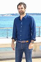 Gregory Montel pose lors du photocall de CALL MY AGENT pendant le MIPTV a Cannes, le mardi 4 avril 2017.
