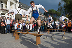 Italien, Suedtirol, Meran: Bayerische Schuhplattler beim Traubenfestival, Trachtengruppe | Italy, South-Tyrol, Alto Adige, Merano: Bavarian Schuhplattler Group in traditional costumes performing Bavarian Folk Dance during wine festival