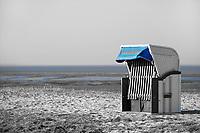 blauer Strandkorb: EUROPA, DEUTSCHLAND, NIEDERSACHSEN, 22.03.2015: blauer Strandkorb steht allein am Strand der Nordsee, das Wasser ist im Hintergrund am blauen Schimmer zu erkennen.