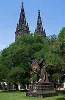 Tschechien, Prag, auf dem Vysehrad, Kirche Peter und Paul, Plastik von Josef Myslbek, Unesco-Weltkulturerbe