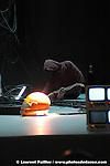 Stranger / Stranger Report au théâtre de Chaillot.Chorégraphie.Richard Siegal.Dramaturgie.Christine Peters.Installation scénographique.Virginie Mira.Vidéo.Sophie Laly.Musique.Amaury Groc.Lumière.Gilles Gentner.Avec.Richard Siegal.Production.Théâtre National de Chaillot / Festival d?Automne à Paris / The Bakery / Künsterhaus Mousonturm ?.Frankfurt