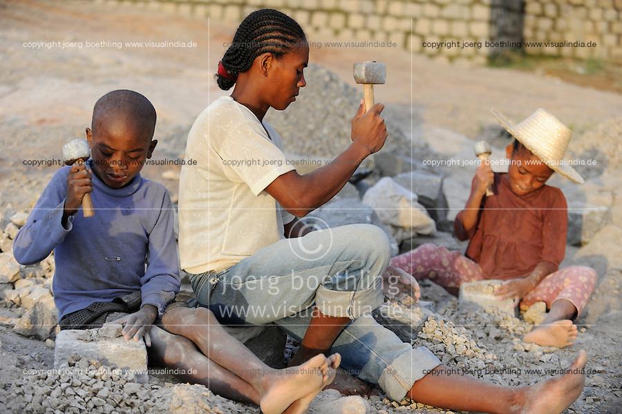 MADAGASCAR Antananarivo, children work in stone quarry  / MADAGASKAR Antananarivo, Kinder arbeiten in einem Steinbruch