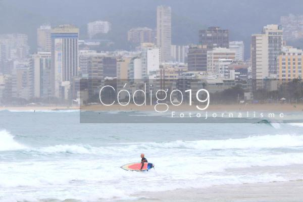 RIO DE JANEIRO, RJ, 25.08.2019: CLIMA-RIO - Movimentação neste domingo (25) na praia do Arpoador, zona sul do Rio de Janeiro. (Foto: Ellan Lustosa/Código19)
