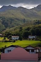 Europe/France/Aquitaine/64/Pyrénées-Atlantiques/Pays-Basque/Sare: Fronton et Maisons du village et Pyrénées Basques