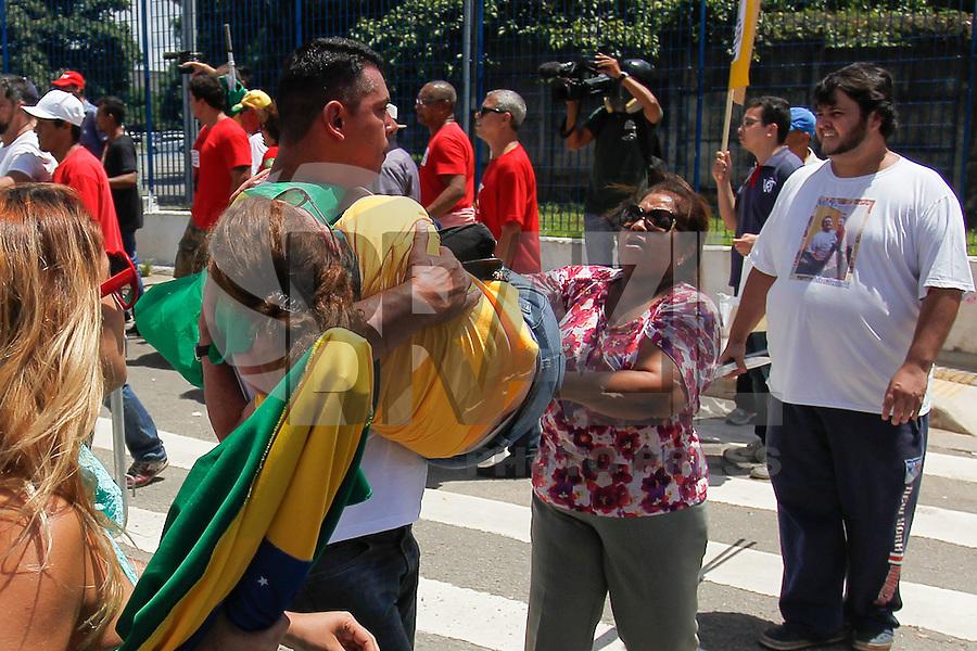 SÃO PAULO, SP - 17.02.2016: PROTESTO-SP - Tumulto no protesto de grupos pró e contra o ex-presidente Luiz Inácio Lula da Silva, em frente ao Fórum da Barra Funda , na região oeste da capital, onde Lula e sua mulher, Marisa Letícia, deporiam na manhã desta quarta-feira (17). O Conselho Nacional do Ministério Público (CNMP) adiou o depoimento do casal sobre suposta propriedade de um apartamento no Guarujá, no litoral paulista. (Foto: Douglas Pingituro/Brazil Photo Press)