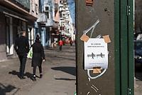 Auswirkungen der Corona-Krise.<br /> Im Bild: Ein Hinweisplakat in Berlin-Friedrichshain ueber das Verhalten in der Oeffentlichkeit.<br /> 26.3.2020, Berlin<br /> Copyright: Christian-Ditsch.de<br /> [NUR FUER REDAKTIONELLE ZWECKE! Werbung nur auf Anfrage beim Fotografen. Inhaltsveraendernde Manipulation des Fotos nur nach ausdruecklicher Genehmigung des Fotografen. Vereinbarungen ueber Abtretung von Persoenlichkeitsrechten/Model Release der abgebildeten Person/Personen liegen nicht vor. NO MODEL RELEASE! Don't publish without copyright Christian-Ditsch.de, Veroeffentlichung nur mit Fotografennennung, sowie gegen Honorar, MwSt. und Beleg. Konto: I N G - D i B a, IBAN DE58500105175400192269, BIC INGDDEFFXXX, Kontakt: post@christian-ditsch.de<br /> Bei der Bearbeitung der Dateiinformationen darf die Urheberkennzeichnung in den EXIF- und  IPTC-Daten nicht entfernt werden, diese sind in digitalen Medien nach §95c UrhG rechtlich geschuetzt. Der Urhebervermerk wird gemaess §13 UrhG verlangt.]