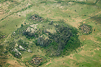 Afrika Uganda Karamoja , Doerfer und Kral fuer das Vieh der Karimojong -  Nomaden Halbnomaden ethnische Gruppe Afrikaner Indigene Voelker afrikanisch xagndaz | .Africa Uganda Karamoja , aerial view of village and Kral for cattle of Karimojong a pastoral tribe .  -  indigenous people