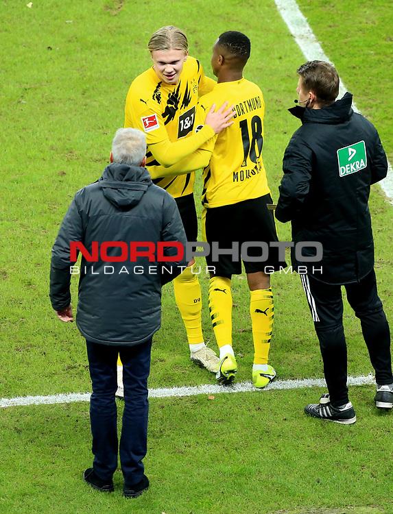 21.11.2020, OLympiastadion, Berlin, GER, DFL, 1.FBL, Hertha BSC VS. Borussia Dortmund, <br /> DFL  regulations prohibit any use of photographs as image sequences and/or quasi-video<br /> im Bild Einwechslung von   Youssoufs Moukoko (Borussia Dortmund #18), Erling Haaland (Borussia Dortmund #9), Cheftrainer Lucien Favre (Borussia Dortmund)<br /> <br />       <br /> Foto © nordphoto / Engler