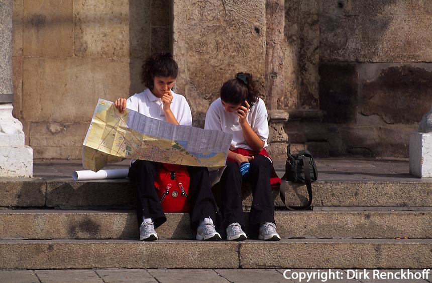 Italien, Lombardei, Touristen vor dem Dom in Cremona [(c) Dirk Renckhoff, Schulten-Immenbarg 3, 22587 Hamburg, Tel+Fax +49-(0)40-865110, E-Mail dirk_renckhoff@web.de, Bank: Postbank Hamburg, Konto: 355694207, BLZ: 20010020, IBAN  DE79 20010020 0355694207, BIC PBNKDEFF. Bei Nutzung gelten meine AGB (www.dirk-renckhoff.de/AGB.htm) als vereinbart.  Es werden keine Rechte Dritter wie Modelfreigabe-, Eigentums- , Kunst- oder Markenrechte eingeraeumt, soweit nicht ausdruecklich vermerkt. Bei werblicher Nutzung sind die Rechte Dritter soweit erforderlich vom Kunden einzuholen. Unless explicit declared no model release, property release or other third party rights are given. No distribution w/o permission.]