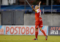 ENVIGADO -COLOMBIA-21-09-2014. Omar Perez jugador de Independiente Santa Fe celebra un gol anotado a Envigado FC durante partido por la fecha 10 de la Liga Postobón II 2014 realizado en el Polideportivo Sur de la ciudad de Envigado./ Omar Perez player of Independiente Santa Fe celebrate a goal scored to Envigado FC during match for the 10th date of the Postobon League II 2014 at Polideportivo Sur in Envigado city.  Photo: VizzorImage/Luis Ríos/STR