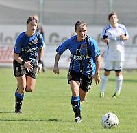 Club Brugge Dames : Christine Saelens spurt naar de bal voor Bianka Ternier.Foto DAVID CATRY / Vrouwenteam.be