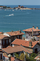 France, Pyrénées-Atlantiques (64), Pays-Basque, Saint-Jean-de-Luz : panorama depuis le clocher de l'église Saint-Jean-Batiste : La baie de Saint-Jean-de-Luz et le   Fort de Socoa, œuvre de Vauban// France, Pyrenees Atlantiques, Basque Country, Saint Jean de Luz:  view from the bell tower of Saint Jean Batiste church Saint-Jean-de-Luz bay  and Fort Socoa, of Vauban