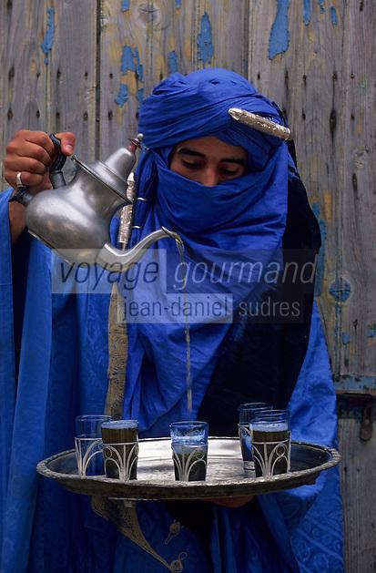 Afrique/Maghreb/Maroc/Essaouira : Dans le souk, berbère servant le thé à la menthe