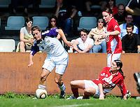 RSC Anderlecht Dames - Standard Femina : Standard kampioen 2010 - 2011 : Cynthia Browaeys aan de bal voor  Audrey Demoustier (liggend) en Elke Meers (rechts).foto DAVID CATRY / Vrouwenteam / Loft6