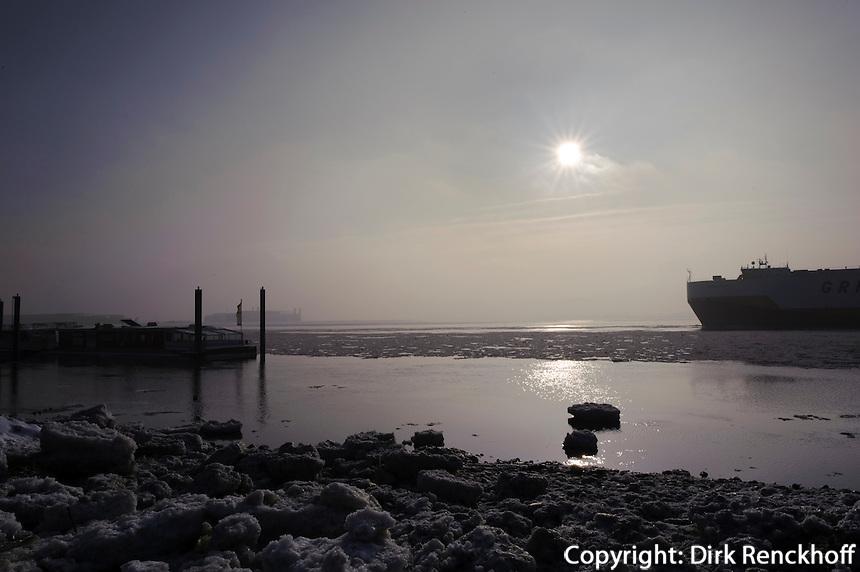 Deutschland, Hamburg, Blankenese, vereistes Ufer der Elbe