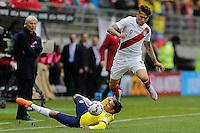 TEMUCO - CHILE - 21-04-2015: Jeison Murillo (Izq.) jugador de Colombia, disputa el balón con  Pablo Guerrero  (Izq.) jugador de Peru, durante partido Colombia y Peru, por la fase de grupos, Grupo C, de la Copa America Chile 2015, en el estadio German Becker en la Ciudad de Temuco  / Jeison Murillo (L) player of Colombia, vies for the ball with  Pablo Guerrero  (R) player of Peru, during a match between Colombia and Peru, for the group phase, Group C, of the Copa America Chile 2015, in the German Becker stadium in Temuco city. Photos: VizzorImage /  Photosport / Alejandro Zuñez  / Cont.