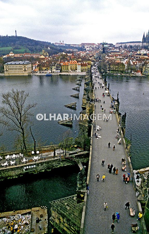 Ponte Charles (Karlav) sobre o Rio Elba em Praga, República Tcheca. 1995. Foto de João Caldas.