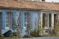 Europe/France/Poitou-Charentes/17/Charente Maritime/Ile d'Aix: Maisons avec ses roses trémières