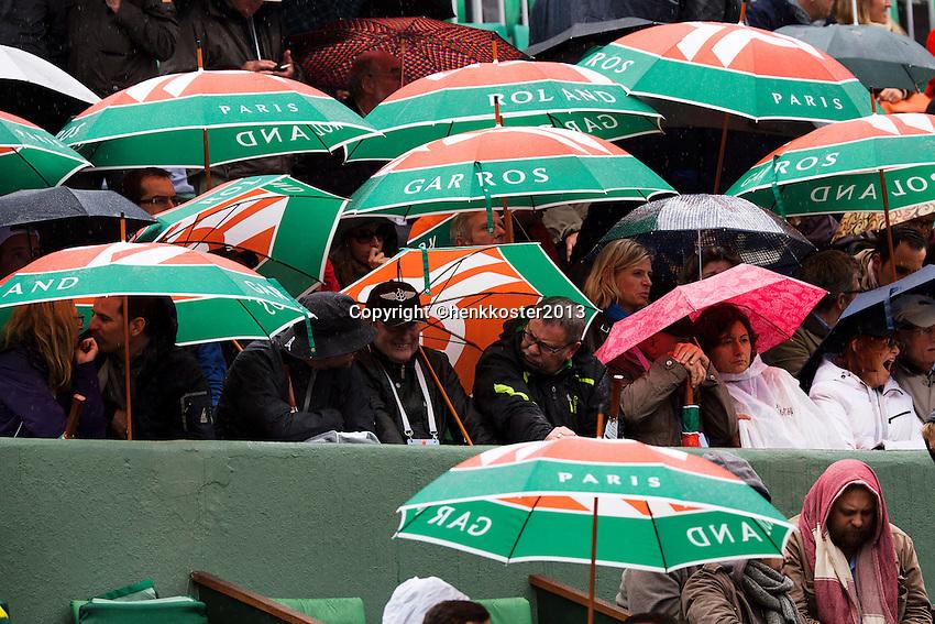 30-05-13, Tennis, France, Paris, Roland Garros, Umbrella's on centercourt
