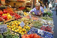 - Bologna, street food market near Maggiore square....- Bologna mercato di generi alimentari nelle vie presso piazza Maggiore..