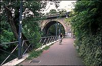 Milano, quartiere Turro. Pista ciclabile lungo il Naviglio Martesana presso un ponte della ferrovia --- Milan, Turro district. Bicycle path along the Naviglio Martesana canal by a railway bridge