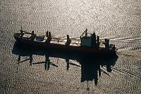 Frachtschiff auf der Elbe: DEUTSCHLAND, HAMBURG, (GERMANY), 22.01.2006:Frachtschiff auf der Elbe