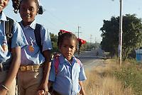Dominikanische Republik, Schulkinder in Dorf am Lago Enriquillo