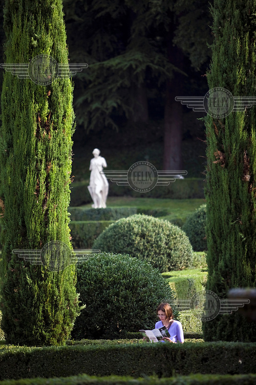 A woman reads a map in the Giardini Giusti, Verona, Italy. The Giardino Giusti is one of the finest Renaissance gardens in Italy and was laid out in 1580...