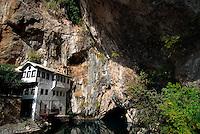 Blagaj / Bosnia Erzegovina / BIH.Sorgenti del fiume Buna..A 12 km da Mostar, in uno scenario naturalistico di rara bellezza, si erge la cinquecentesca Tekija,la Casa dei Dervisci,da secoli luogo di meditazione e di preghiera. L'attuale Tekija risale alla prima metà del XIX secolo. All'interno dell'edificio ci sono stanze per lo studio, la preghiera, la musafirhana (camere per viaggiatori di passaggio), una cucina e l'hammam..I Dervisci appartengono a confraternite islamiche Sufi. Sono asceti che vivono in mistica povertà.La loro presenza in Bosnia risale ai tempi della dominazione turca..Foto Livio Senigalliesi..Blagaj / BIH.Dervish tekke, a holy place for Sufi near Buna river spring..Built in the 16th century during the turkish occupation Blagaj tekke is now a place for meditation..Photo Livio Senigalliesi