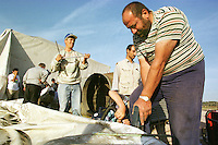 """Nach dem Erdbeben im August in der Tuerkei leben tausende Menschen in Zeltlagern und Behilfszelten.<br /> Die Hilfsorganisation """"Kinder haben Rechte"""" hat in der Ortschaft Yuvacik-Koey eine Traglufthalle aufgebaut, die fuer die Kinder als Schulhaus dienen soll, da nicht klar ist, ob und wann die Regierung ein neues Schulhaus errichtet.<br /> Hier: Anwohner des Ortes helfen beim Bau ihrer """"Ballon-Schule"""".<br /> 13.10.1999, Yuvacik-Koey/Tuerkei<br /> Copyright: Christian-Ditsch.de<br /> [Inhaltsveraendernde Manipulation des Fotos nur nach ausdruecklicher Genehmigung des Fotografen. Vereinbarungen ueber Abtretung von Persoenlichkeitsrechten/Model Release der abgebildeten Person/Personen liegen nicht vor. NO MODEL RELEASE! Nur fuer Redaktionelle Zwecke. Don't publish without copyright Christian-Ditsch.de, Veroeffentlichung nur mit Fotografennennung, sowie gegen Honorar, MwSt. und Beleg. Konto: I N G - D i B a, IBAN DE58500105175400192269, BIC INGDDEFFXXX, Kontakt: post@christian-ditsch.de<br /> Bei der Bearbeitung der Dateiinformationen darf die Urheberkennzeichnung in den EXIF- und  IPTC-Daten nicht entfernt werden, diese sind in digitalen Medien nach §95c UrhG rechtlich geschützt. Der Urhebervermerk wird gemaess §13 UrhG verlangt.]"""