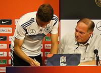 Thomas Mueller (Deutschland Germany) gibt dem Dolmetscher noch ein Autogramm nach der Pressekonferenz - 12.10.2018: Pressekonferenz der Deutschen Nationalmannschaft vor dem UEFA Nations League Spiel gegen die Niederlande