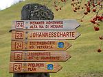 Italien, Suedtirol, Vinschgau, Pfossental, Wegweiser zum Meraner Hoehenweg | Italy, South Tyrol, Alto Adige, Val di Fossa, sign post