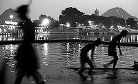 11.2008  Pushkar (Rajasthan)<br /> <br /> Young boys taking bath in pushkar lake during kartik purnima.<br /> <br /> Jeunes hommes prenant leurs bains dans le lac de Pushkar pendant kartik purnima.