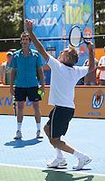 15-06-10, Tennis, Rosmalen, Unicef Open, Paul Haarhuis geeft tennisles aan Jan Jongbloed