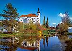 Deutschland, Bayern, Oberbayern, Chiemgau: Breitbrunn - St. Johann Baptist Kirche an einem Weiher | Germany, Bavaria, Upper Bavaria, Chiemgau, Breitbrunn: St. John Baptist Church