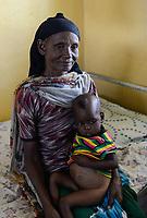 ETHIOPIA Taza Catholic Health Center , feeding of malnutrioned children / AETHIOPIEN Taza Catholic Health Center, Ernaehrung von unterernaehrten Kindern, Oromo Junge Makitu Mohammad und seine Großmutter Alima Sukuno