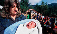 CONFINE KOSOV0 - MONTENEGRO AGOSTO 1998.CRISI UMANITARIA DELLA REGIONE MONTAGNOSA DEL DUKAJIN..A CAUSA DEI COMBATTIMENTI TRA UCK E FORZE ARMATE JUGOSLAVE UN ENORME NUMERO DI PROFUGHI HA RAGGIUNTO LE CIME DELLE MONTAGNE E VIVE IN TERRIBILI CONDIZIONI IGIENICHE SENZA ALCUN AIUTO UMANIATARIO..FOTO LIVIO SENIGALLIESI..DUKAJIN / KOSOVO - MONTENEGRO BORDER - AUGUST 1998.ETHNIC ALBANIANS FLED FROM THEIR HOUSE BECOUSE OF INTENSE OFFENSIVE OF JUGOSLAV ARMY AGAINST MEMBERS OF KLA (UCK). THOUSANDS OF WOMEN AND CHILDREN LIVED ON THE TOP OF THE MOUNTAINS WITHOUT FOOD AND WATER AND TOTALLY IGNORED BY HUMANITARIAN AGENCIES..PHOTO LIVIO SENIGALLIESI