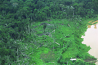 BRAZIL, Amazon, river and rainforest, slash and burn for new farming plot of settler / BRASILIEN Amazonas, Fluß und Tropischer Regenwald, neue Agrarfläche durch Brandrodung von Siedlern