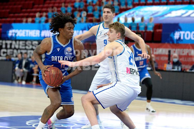 03-02-2021: Basketbal: Donar Groningen v Heroes Den Bosch: Groningen Den Bosch speler Demario Mayfield met Donar speler Henry Caruso