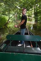 Europe/France/Poitou-Charentes/79/Deux-Sèvres/Sansais/La Garette:  Promenade en barque  plate  localement dénommées:batais avec batelier-guide, [Autorisation : 2011-118]