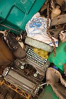 Europe/France/Midi-Pyrénées/46/Lot/Env de Cabrerets/ Liauzu: Musée de l'insolite de Bertrand Chenu dans la Vallée du Célé - Création sur le thème de la pollution