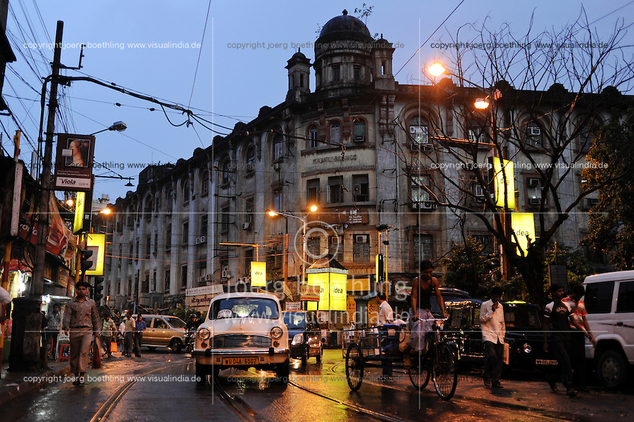 INDIA West Bengal, Kolkata, colonial old building, HM Ambassador car and hand pulled rickshaw at night / INDIEN Westbengalen Kalkutta, Transportmittel Rikscha bei Nacht